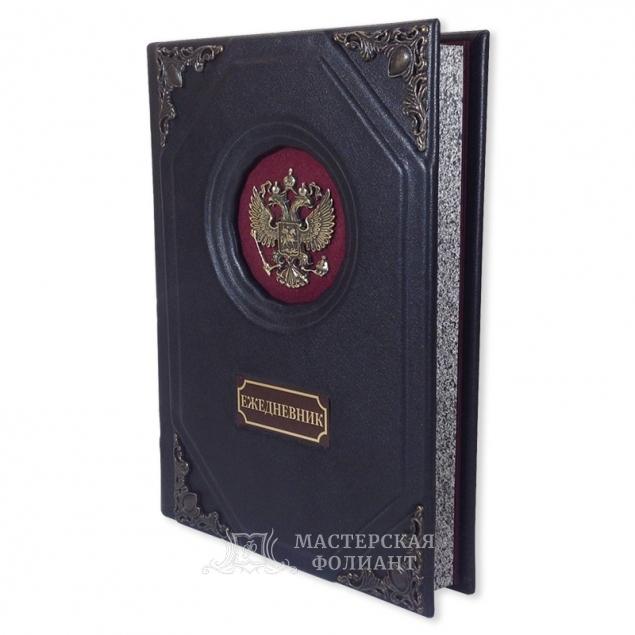 Ежедневник из кожи с бархатной вставкой и гербом, вид справа