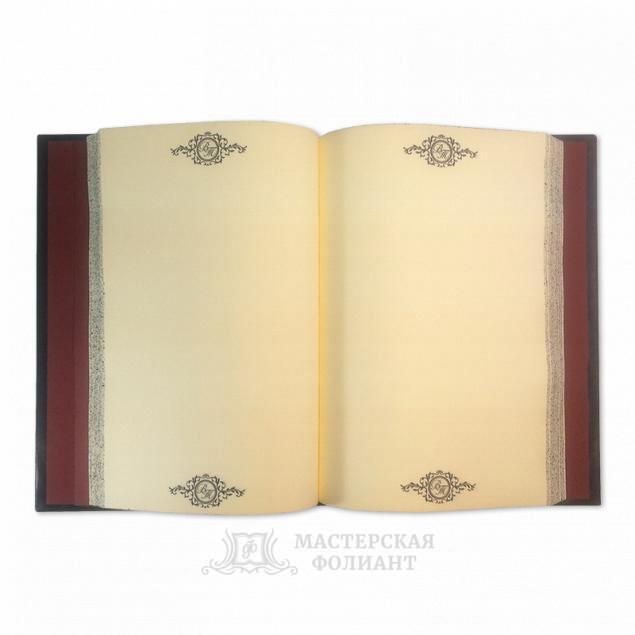 Именная записная книжка в кожаном переплете в раскрытом виде
